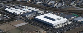 25群馬工場前掲(画面右が新生産棟、左が従来からの生産棟、中間にあるのが厚生棟).jpg