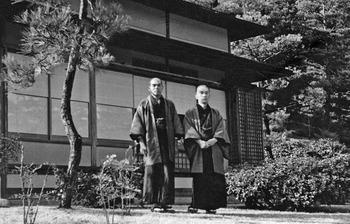 48・1952年 高橋東洋堂時代に化粧品の全てを教えてくれた恩人の田辺誠一氏(左)と.jpg