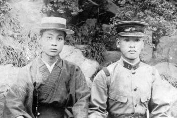49近衛歩兵連隊に入隊した小林青年(右)1920年.jpg