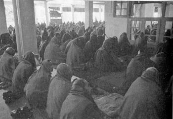 ダライラマ宮殿の僧侶たち.jpg