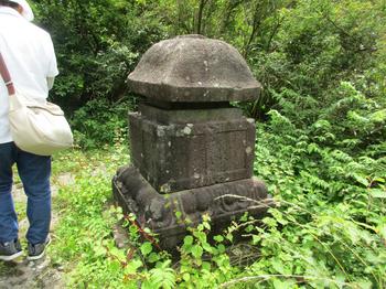 八百比丘尼の墓 のコピー.jpg