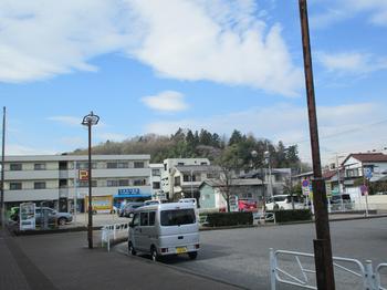 片倉駅から片倉城址を臨む のコピー.jpg